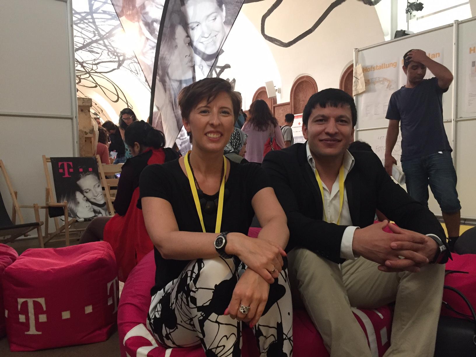 Alexandra Pattermann, T-Mobile Personalentwicklerin, und Tawab Ghassemi aus dem T-Mobile Kundenservice auf der ersten Jobmesse für geflüchtete Menschen.