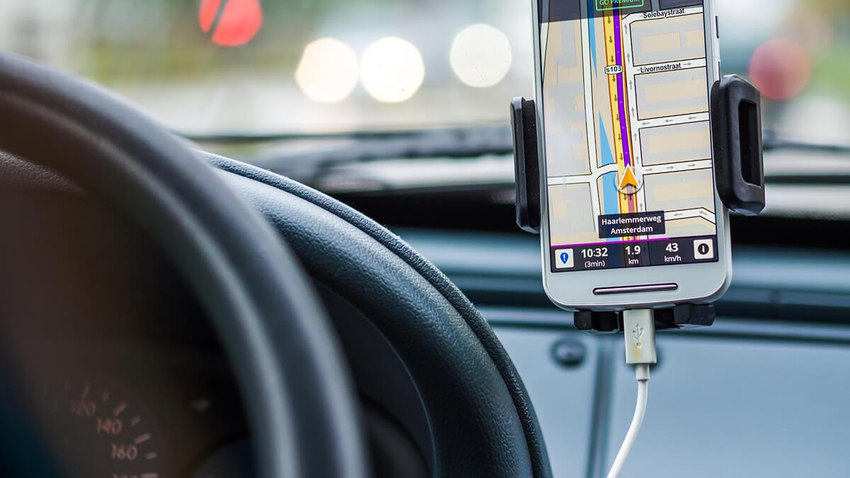 Handy im Auto – So klappt der verantwortungsvolle Umgang