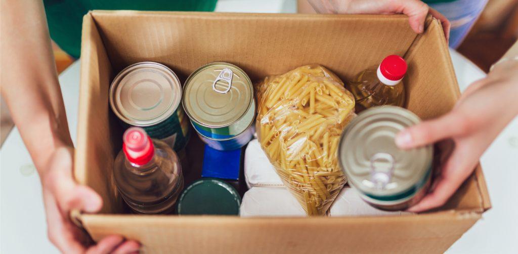 Zu Weihnachten eine Box mit nützlichen Dingen als Geschenk