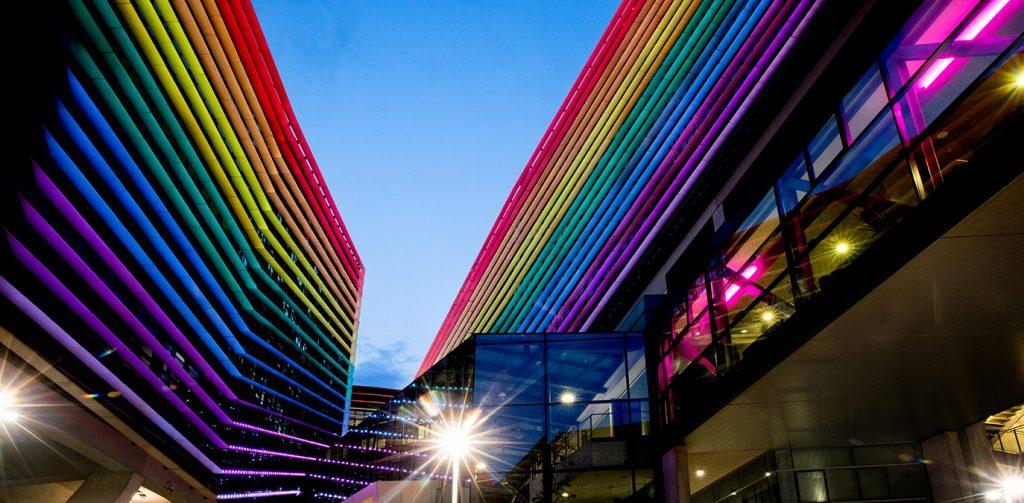 T-Center Beleuchtung als Regenbogen in Wien